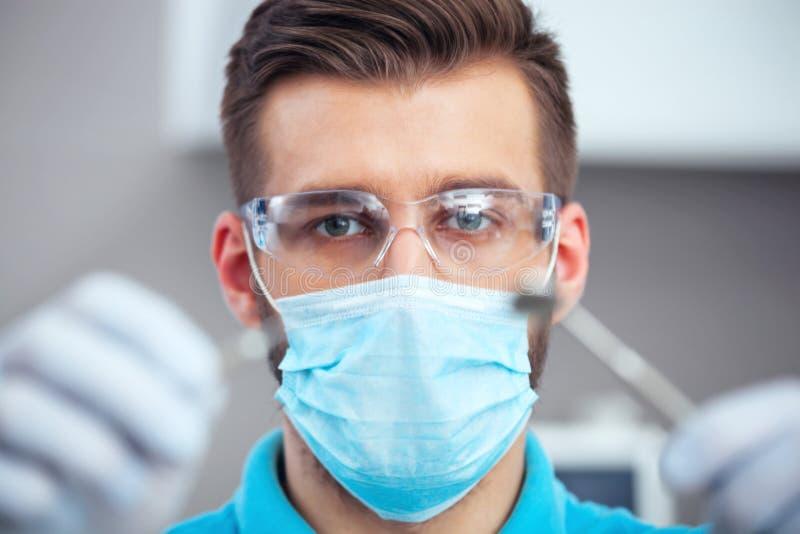 Zahnarzt ist bereit, zahnmedizinische Überprüfung zu beginnen stockfotos