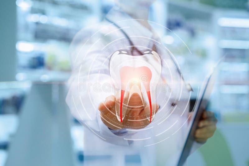 Zahnarzt klickt an die Ikone eines Zahnes stockbild