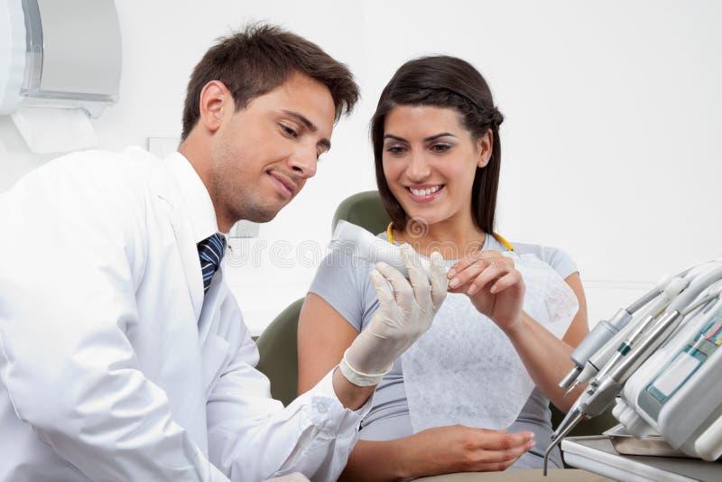 Zahnarzt Prescribing Tooth Paste zum Patienten lizenzfreies stockfoto