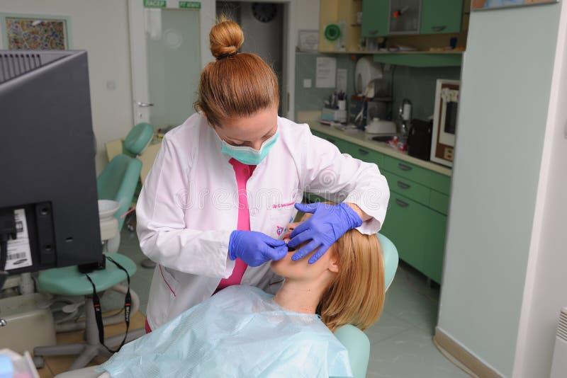 Zahnarzt setzt die zahnmedizinischen geduldigen Furnier-Blätter lizenzfreies stockbild