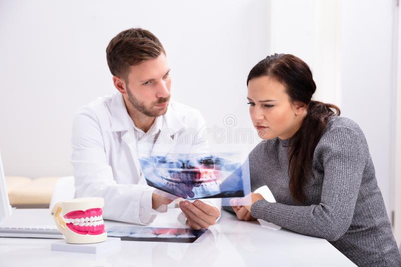 Zahnarzt-Showing Teeth-R?ntgenstrahl zur Frau lizenzfreies stockbild