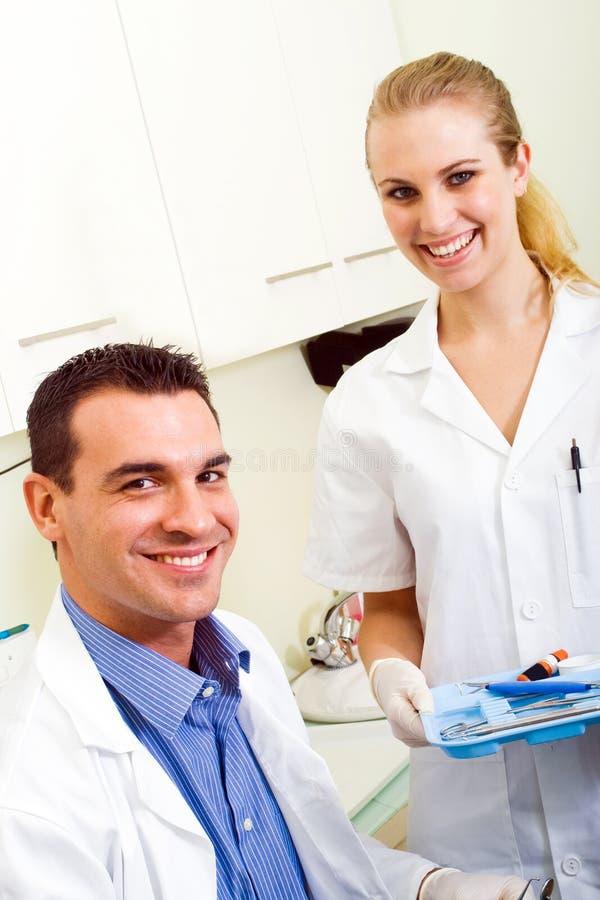 Zahnarzt und Assistent lizenzfreie stockfotos