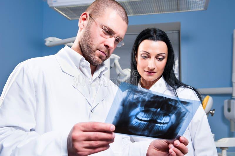 Zahnarzt und Assistent an der Klinik lizenzfreies stockbild