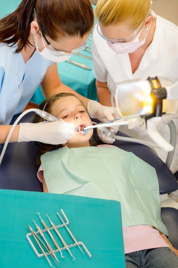 Zahnarzt und Assistent mit Kindpatienten stockbilder