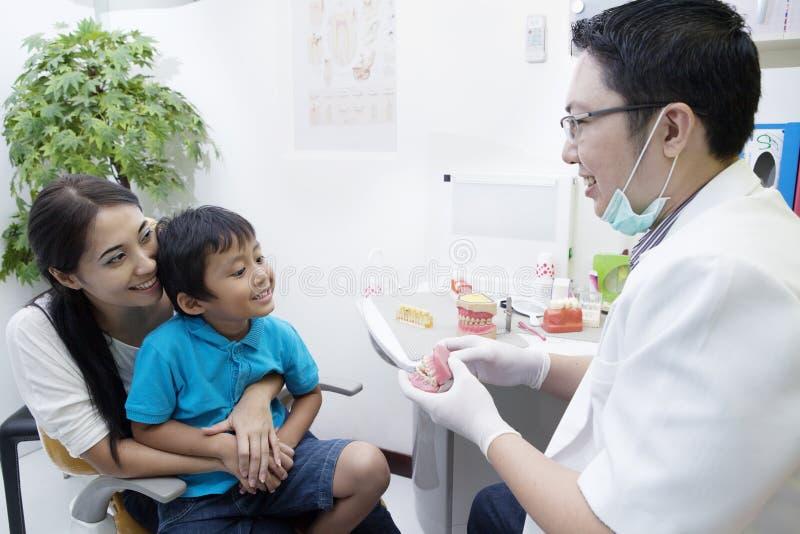 Zahnarzt und sein Patient stockbild