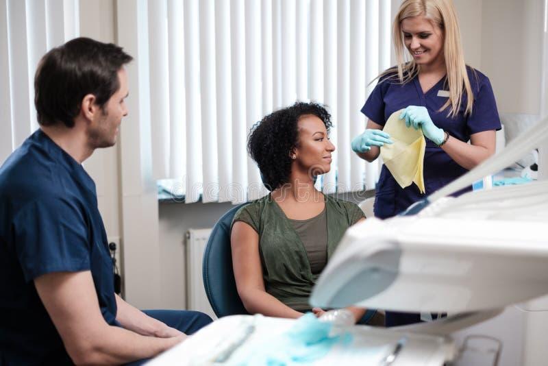 Zahnarzt und seine behilfliche Funktion in der Privatpraxis stockbild