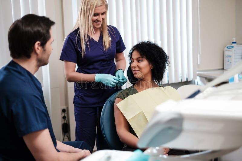 Zahnarzt und seine behilfliche Funktion in der Privatpraxis lizenzfreie stockfotos