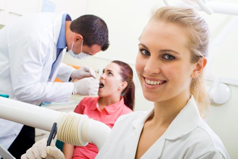 Zahnarztassistent lizenzfreie stockbilder
