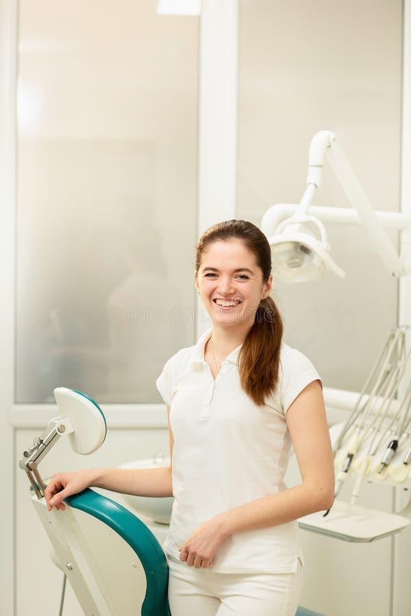 Zahnarztb?ro Ein Doktorinnere eines Zahnarztkabinetts voll medizinischer Ausr?stung stockfotos