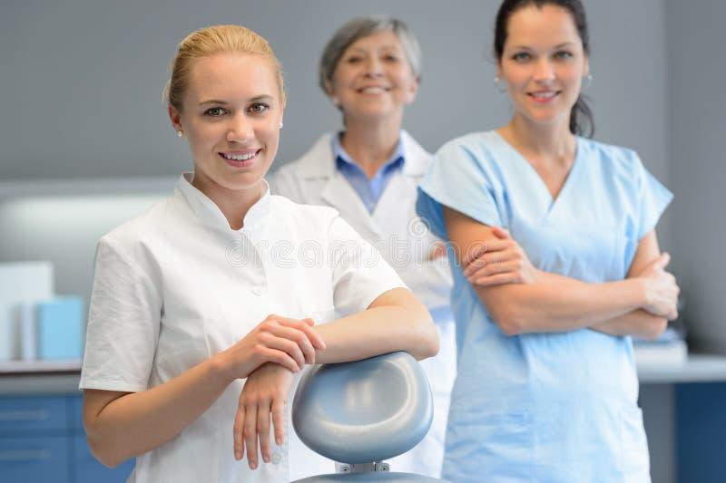 Zahnarztfrau mit drei Fachleuten an der Zahnchirurgie stockbilder