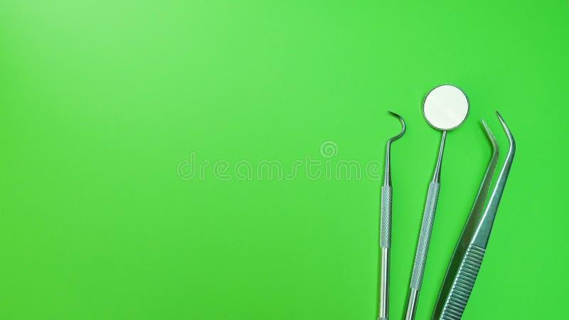 Zahnarztspiegel, Zange gekurvt, Forscher gekurvt, zahnmedizinischer Forscher eckig und Forscher gekurvt mit Chip, Recht am grünen lizenzfreie stockfotos