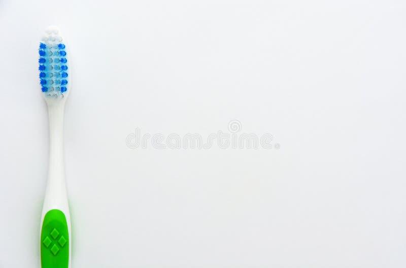 Zahnbürste lokalisiert auf weißem Hintergrund, Kopienraum stockfotos