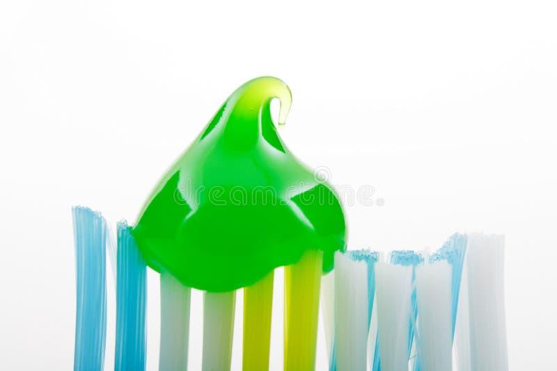 Zahnbürste mit Pastegel stockbild