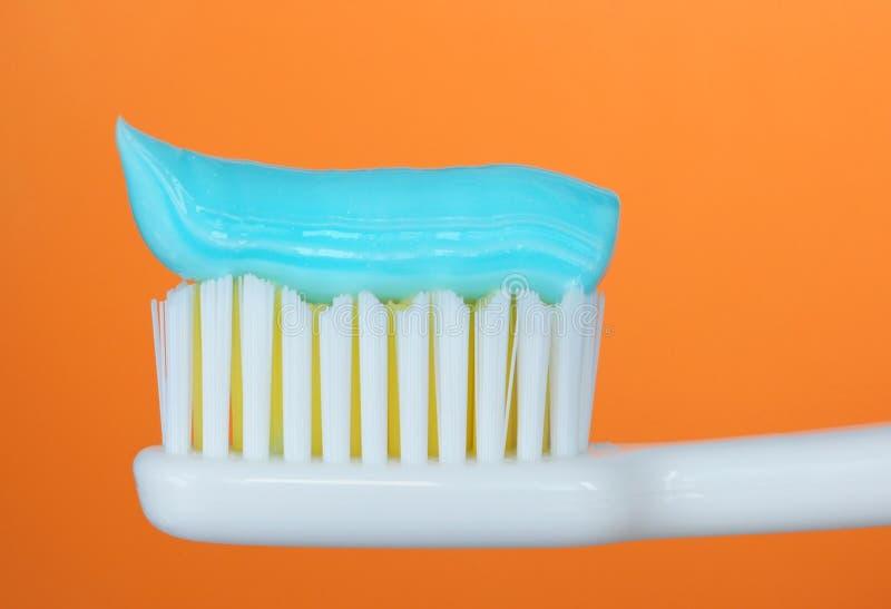 Zahnbürste mit Zahnpasta stockfotografie