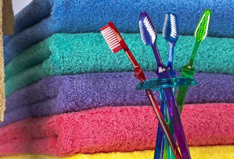 Zahnbürste und Bad-Tücher stockfoto