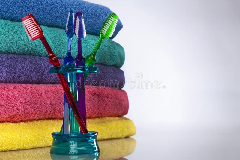 Zahnbürste und Bad-Tücher stockfotos