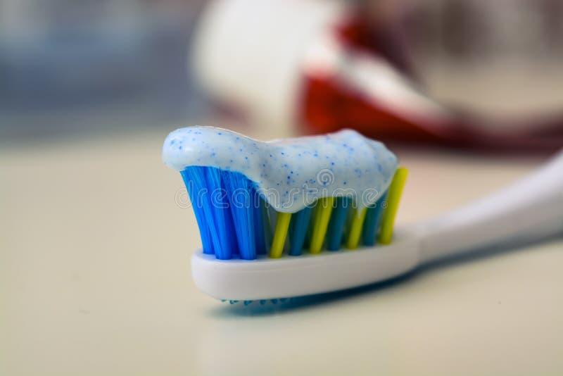 Zahnbürste und Zahnpasta auf unscharfem Hintergrund lizenzfreie stockbilder