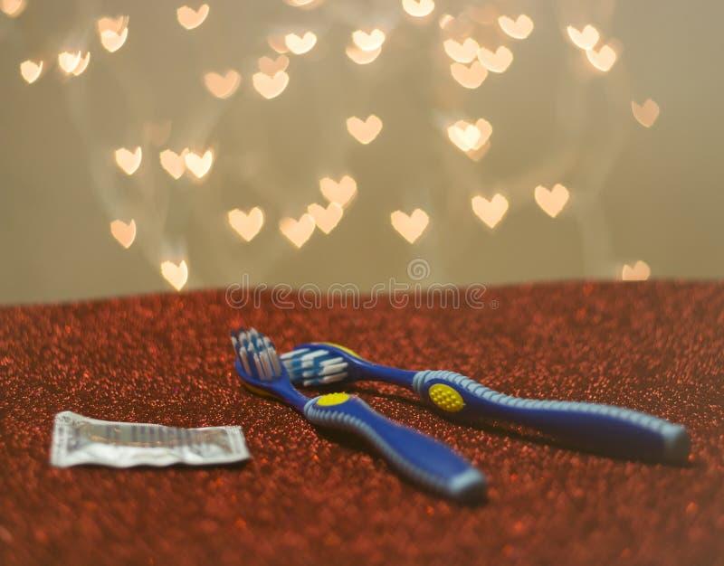 Zahnbürsten-Sichtbarmachungsmetapher homosexueller LGBT-Paare blaue lizenzfreie stockbilder