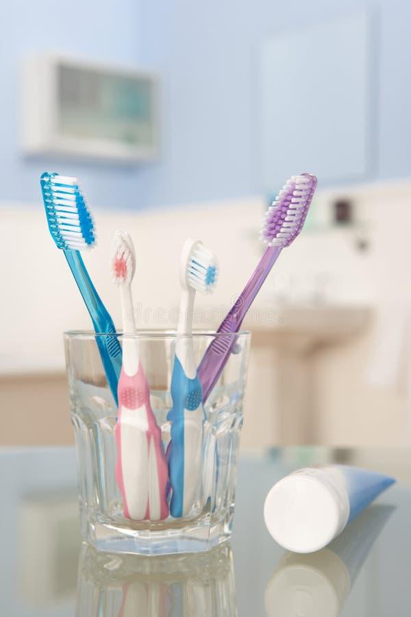 Zahnbürsten und Zahnpasta stockfotografie