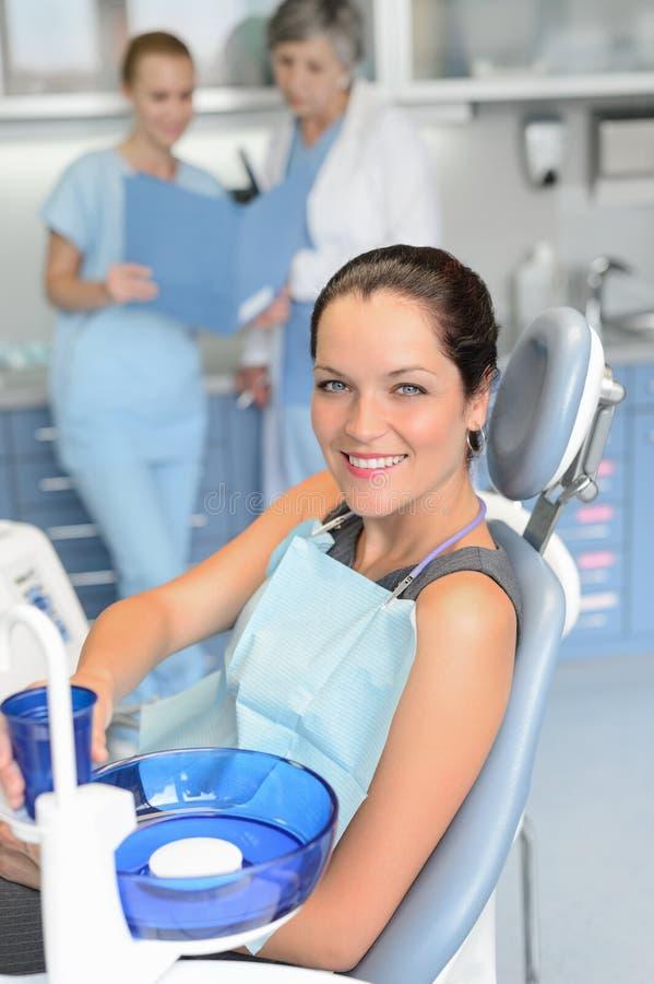 Zahnchirurgieüberprüfung des Stuhls der Frau geduldige sitzende lizenzfreies stockbild