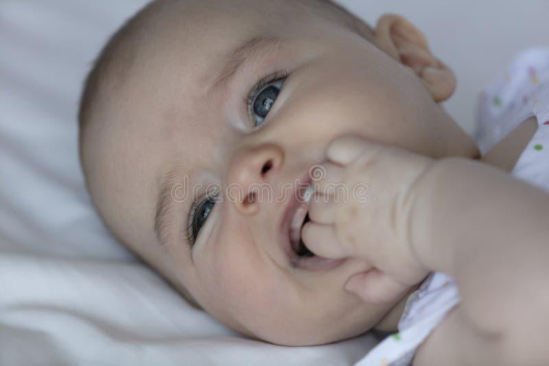 Zahnendes Baby, das ihr Zahnfleisch itching ist lizenzfreies stockbild