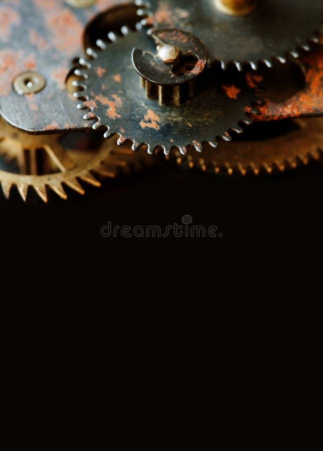 Zahngangradmechanismus auf schwarzem Hintergrund Weinleseuhrwerk zerteilt Nahaufnahme kopieren Sie Raum, vertikales Foto stockbilder