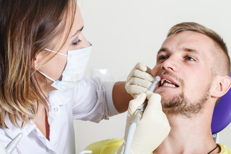 Zahnheilkunde, geduldige Prüfung und Behandlung am Zahnarzt lizenzfreie stockfotografie