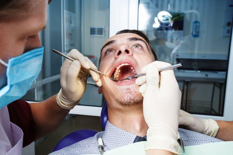 Zahnheilkunde, geduldige Prüfung und Behandlung am Zahnarzt lizenzfreie stockbilder