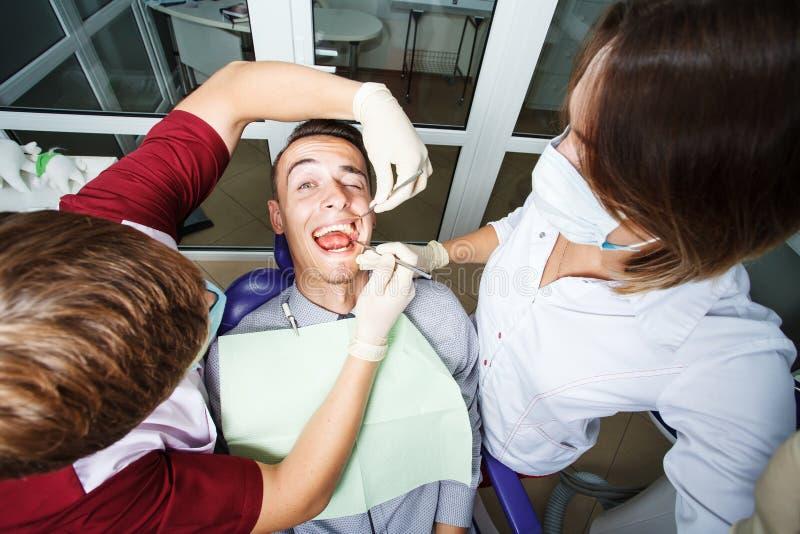 Zahnheilkunde, geduldige Prüfung und Behandlung am Zahnarzt stockbild