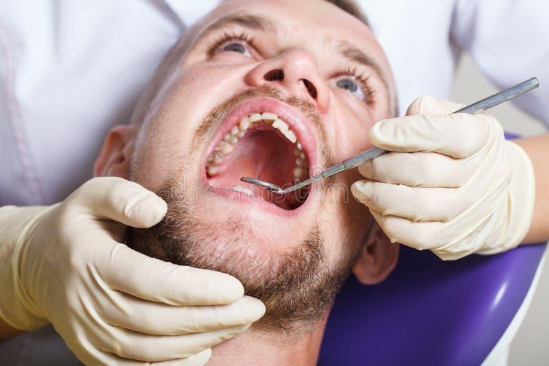 Zahnheilkunde, geduldige Prüfung und Behandlung am Zahnarzt lizenzfreies stockbild