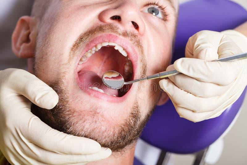 Zahnheilkunde, geduldige Prüfung und Behandlung am Zahnarzt lizenzfreie stockfotos