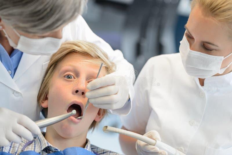 Zahnjugendlich-Jungenpatient des Zahnarztes behilflicher Kontroll stockfotos