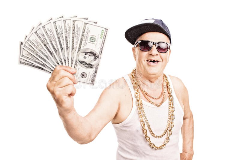 Zahnlos alter Mann in der Hip-Hop-Ausstattung, die Bargeld hält lizenzfreies stockbild