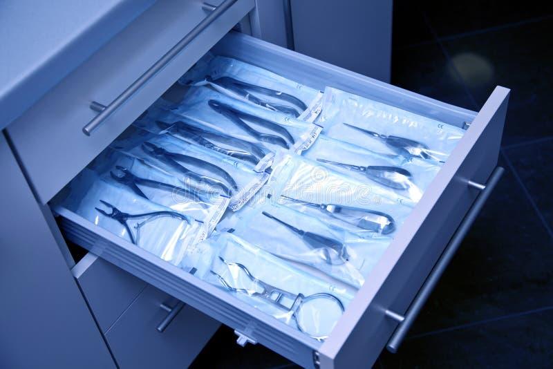 Zahnmedizinische Ausrüstung in der blauen Leuchte stockfoto