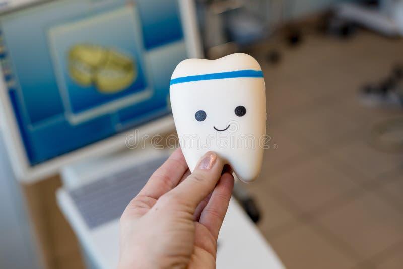 Zahnmedizinische Ausr?stung und zahnmedizinische Instrumente benutzt in der Behandlung von zahnmedizinischem und von Zahnheilkund lizenzfreies stockbild