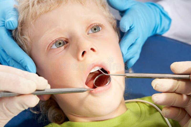 Zahnmedizinische Behandlung lizenzfreies stockbild