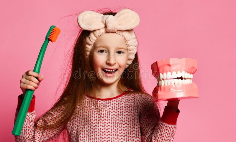 Zahnmedizinische Hygiene gl?ckliches kleines nettes M?dchen mit Zahnb?rsten stockbild