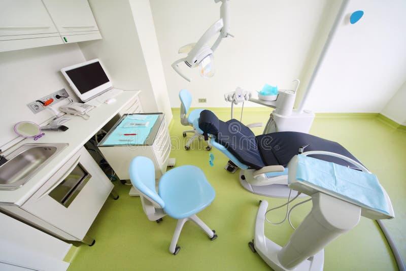 Zahnmedizinische Klinik. Stuhl für Patienten, Tabelle mit Hilfsmitteln stockfotos