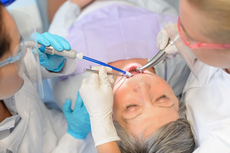 Zahnmedizinische Kontrollälterer geduldiger Berufszahnarzt lizenzfreies stockbild