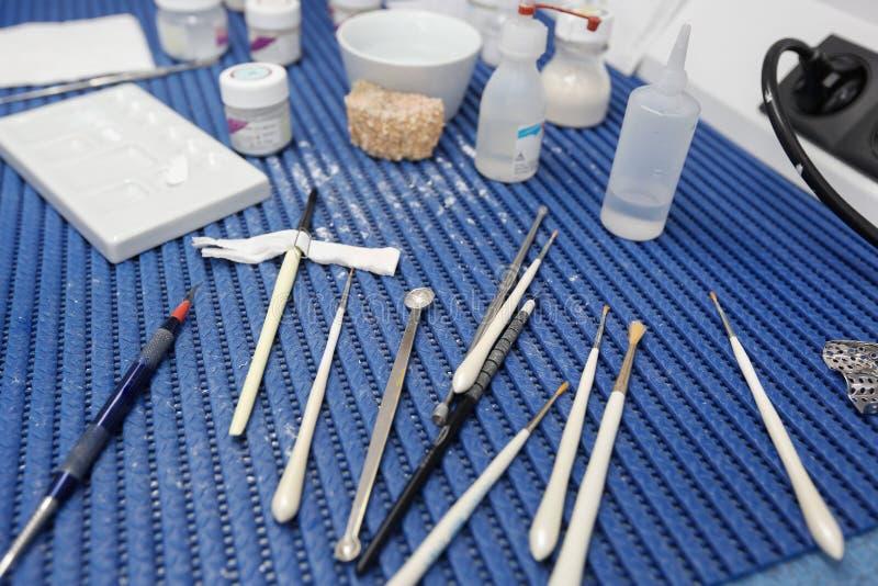 Zahnmedizinische Laborwerkzeuge und -instrumente für die Porzellanüberlagerung stockfoto