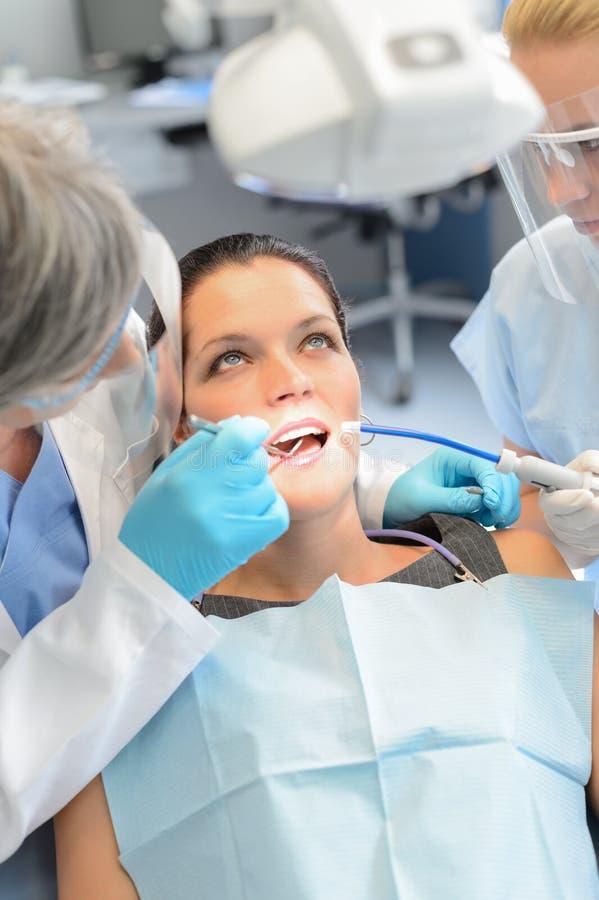 Zahnmedizinische Teamüberprüfungsfrauen-Patientenzähne lizenzfreie stockfotos