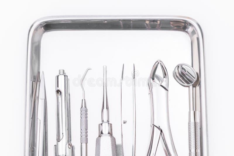 Zahnmedizinische Werkzeuge und Ausrüstung auf weißem Hintergrund stockfoto