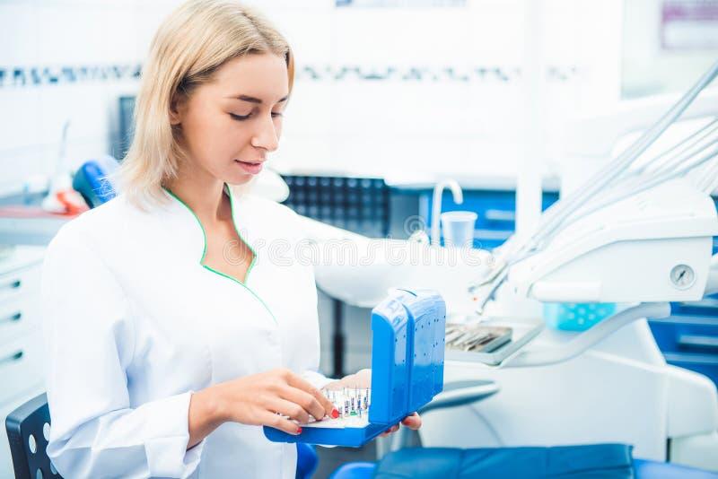 Zahnmedizinischer Doktor in stomathology B?ro lizenzfreie stockbilder