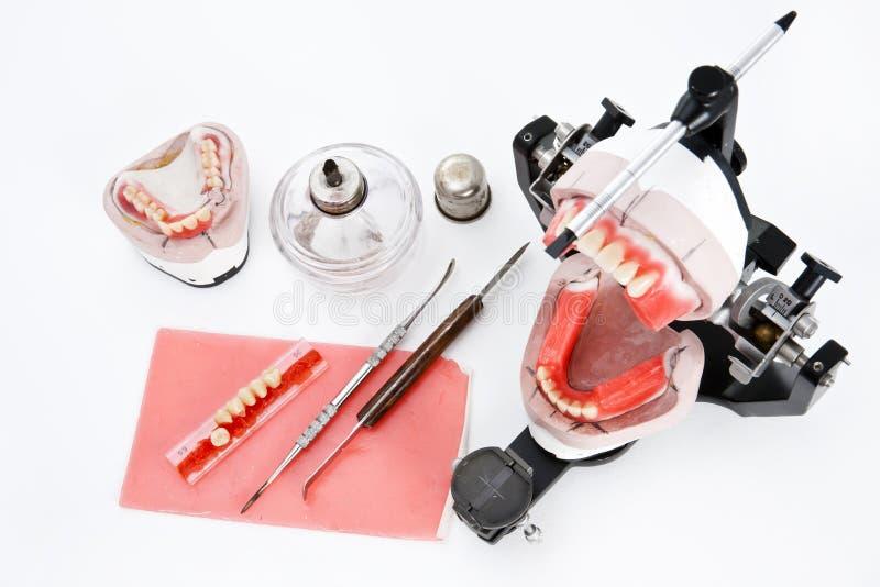 Zahnmedizinischer Laborartikulator mit Ausrüstungen für Gebiss lizenzfreies stockbild