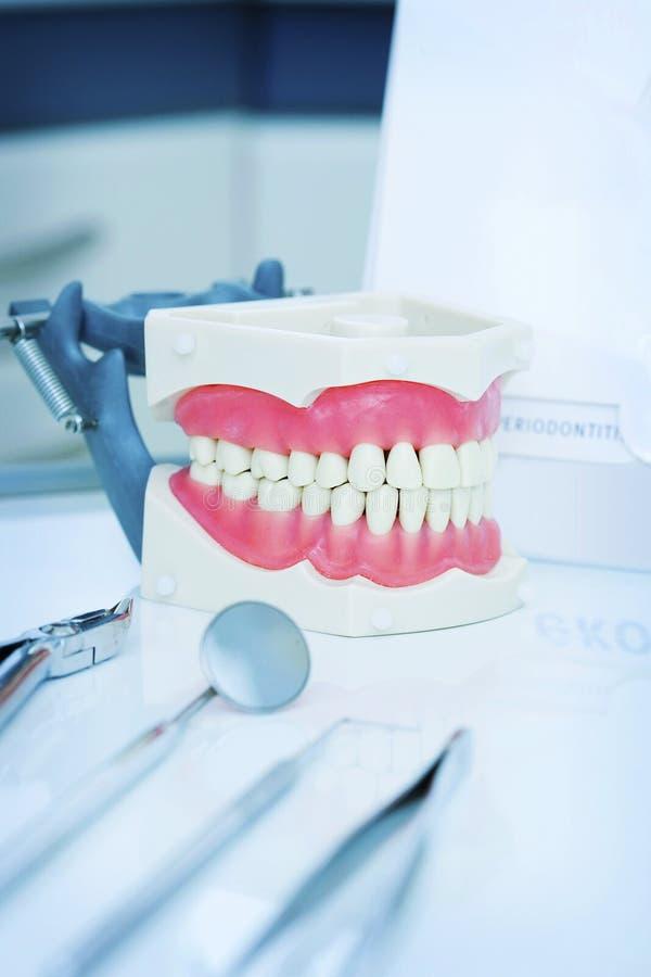 Zahnmedizinisches instrument.cabinet zu den stomatologies stockfoto