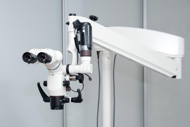Zahnmedizinisches Mikroskop Moderne Zahnheilkunde auf dem Hintergrund Medizinische Ausr?stung Operationsmikroskop mit Drehdoppelt stockfotografie