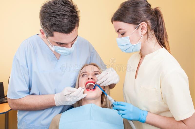 Zahnmedizinisches Team bei der Arbeit über ein Zahnarztbüro lizenzfreie stockfotos