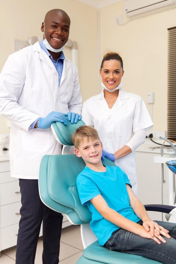 Zahnmedizinisches Team mit Patienten stockfotos