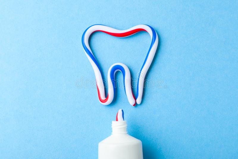 Zahnpasta in Form von Zahn Rohr der Paste auf Blau Auffrischung und Zahnpasta weiß werden lizenzfreies stockfoto