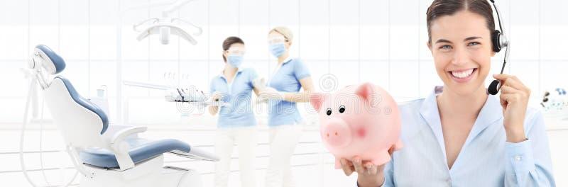 Zahnpflegeeinsparungen und treten mit uns Konzept, schöner lächelnder wo in Verbindung stockbild